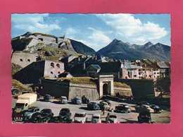 05 Hautes Alpes, Briançon, La Vieille Citadelle, Animée, Voitures, Aronde, 2cv, Peugeot 203, 1958,  (CAP) - Briancon