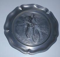Assiette Décorative En Etains ? : Coureur Cycliste En Relief :: Sports - Vélos - Bicyclettes - Courses - Profil - Tins