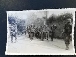 35 - SAINT-BRIAC-SUR-MER - Très Belle Photographie De 1944 Ou 1945 - Prisonniers Allemands Quittant Le Bourg - Lieux