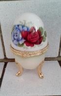 Oeuf En Porcelaine Décor Fleurs Fermeture Fleur  D'autres Sur Le Site - Eggs