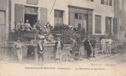 CHAMPAGNE-MOUTON: Le Militaire Et Ses Amis (cycliste - Café De La Paix) - Altri Comuni