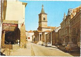 BRUYERES EN VOSGES - 88 - L'Eglise - Renault 8 Et Peugeot 403 Au 1er Plan - SAL**  - - Bruyeres