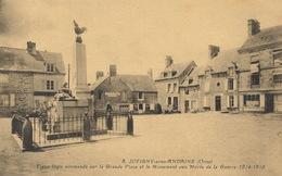 (CPA 61) JUVIGNY-SOUS-ANDAINE  /  Vieux Logis Normands Sur La Grande Place Et Le Monument Aux Morts De La Guerre 14-18 - Juvigny Sous Andaine