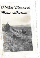 N'GAOUS ALGERIE 1931 - SENTIER FLANS DJEBEL EL GUES - PHOTO MILITAIRE 11 X 8 CM - Guerre, Militaire