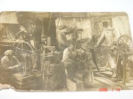 C.P.A.- Carte Photo .- Groupe De Mécaniciens - Ancien Atelier De Mécanique - Cycles - 1920 - TB (AM 67) - Artisanat