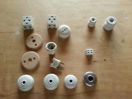 Anciens Dominos, Rosaces, Isolateurs , Prises En Porcelaine Et 2 Supports Bois. - Sciences & Technique
