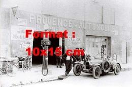 Reproduction D'une Photographie Ancienne D'un Bugatti Arrêtée à Un Garage Station Essence Provence-Automobile - Repro's