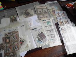 Lot De Timbres Oblitéré Avec Gomme D'origine Dans 5 Boites (voir Commentaire) - Stamp Boxes