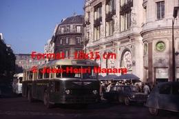 Reproduction D'une Photographie D'un Bus Chausson Ligne 22 Opéra Passant Devant Le Printemps à Paris En 1965 - Reproductions
