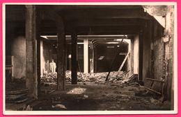 Carte Photo Rotterdam - Oorlog 1940 - Pand - Couple Dans Commerce - Station Essence ?? - Hannes Heus Handel In Brandst - Rotterdam