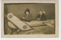 PHOTOS - AVIATION - Belle Carte Photo Montage Femmes Dans Avion Prise Dans Une Foire En 1929 - Fotos