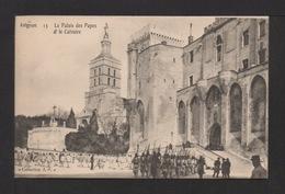 CPA . Dépt.84. AVIGNON . Le Palais Des Papes Et Le Calvaire . Militaires à L'exercice . Petite Animation . - Avignon (Palais & Pont)