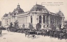PARIS 8°  CPA Animée Alignée Des FIACRES Et Les COCHERS Devant Le GRAND PALAIS - Arrondissement: 08