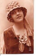 Belle Photo Sépia  . Femme Au Chapeau Cloche Et à La Rose - Women