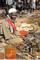 Afrique- BURKINA FASO BANFORA Cordonnier Sur Le Marché  *PRIX FIXE - Burkina Faso