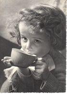 Thèmes - Photographie - Enfant Buvant Dans Un Bol - Photographs