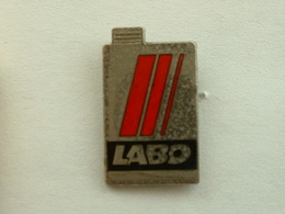 PIN'S LABO - BIDON D'HUILE - Badges