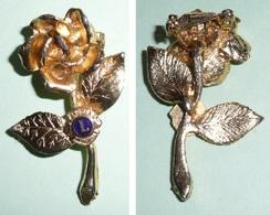Rare Broche En Métal Doré émaillé En Forme De Rose, LIONS International, Bleu, Club - Brooches