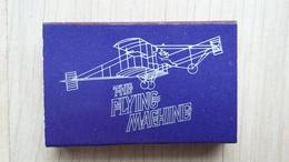 Zündholzschachtel Mit Darstellung Eines Alten Flugzeugs (Werbung Für Eine Bar Und Ein  Hotel In Hongkong) - Zündholzschachteln