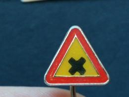 Z187 - TRAFFIC SIGN, Panneau De Signalisation, ROAD SIGN - Badges