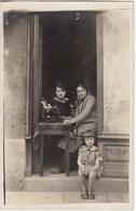 Carte Photo De Deux Femmes Dont Une Tapant à La Machine à écrire E Et D'une Fillette En 1926 - Frauen