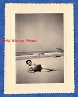 Photo Ancienne Snapshot - Portrait Femme Sur La Plage - Pin Up Woman Girl Mer Sea Parasol Maillot De Bain - Pin-Ups