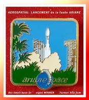 SUPER PIN'S ESPACE : ARIANASPACE, Site De Lancement De La Fusiée ARIANE, émail Base Or, Signé WINNER, 3X3,2cm - Space