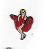 * Pin's  2  Attaches  Pin' Up, Cinéma  Actrice MARILYN  MONROE  Robe  Bordeaux - Pin-ups
