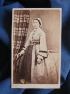 Photo CDV Anonyme - Second Empire Jeune Femme En Pied Jolie Robe à Crinoline  Vers 1860 L385 - Photos