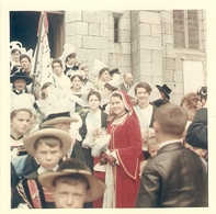 Photographie De Bretagne, Sortie De Messe à Pont-Aven (Finistère), Photo Kodak De 1966, Costume - Lieux