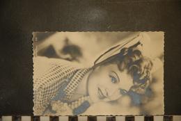 CP, Photo D'artiste - EDWIGE FEUILLERE -- Photo Films Orange -- Format Carte Postale Dentellée - Célébrités