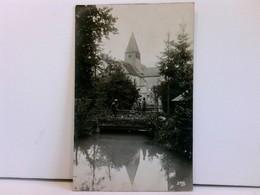 AK Kirche, Im Vordergrund Bach/Flüsschen Und Brücke Mit 3 Soldaten; Feldpost 1918, Kriegslazarett Cambrai - France