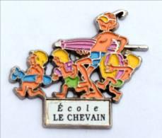 Pin's Personnalisable école - ECOLE LE CHEVAIN (72) - FAMILLE A LA PLAGE - H324 - Administrations