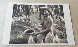 Femme Seins Nus - Oubangui Chari - Femme Boubou Devant L'urne Funeraire De Son Mari - Central African Republic