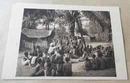Congo Français - Un Pere De La Mission Reglant Un Palabre Dans Un Village - Congo Français - Autres