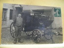 L10 9477 CPA PHOTO - HOMME DEVANT SA CALECHE A IDENTIFIER - Photographie