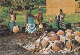 AFRIQUE  EN COULEURS / CUISSON DES POTERIES / NON SITUE - Cartes Postales