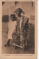 8 DAHOMEY  UNE MAMAN CHRETIENNE  ET SA SILLE  A OUIDAH - Dahomey