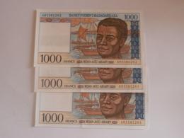 Lot 3  Billets   De 1000 Francs Madagascar Avec Les Numéros Qui Ce Suivent - Madagascar