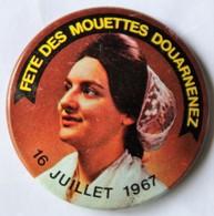 Rare Badge Fête Des Mouettes Douarnenez 16 Juillet 1967 Coiffe Bretonne Fête Floklorique Bretagne Sardines - Cycling