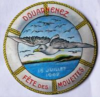 Rare Badge Fête Des Mouettes Douarnenez 15 Juillet 1962 Coiffe Bretonne Fête Floklorique Bretagne Sardines - Obj. 'Remember Of'