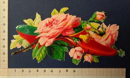 CHROMO DECOUPI    FLEURS  ROSES DANS UN GRAND SOULIER ROUGE     LONGUEUR 15  Cm - Flowers