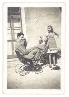 """Photo Amateur Homme Faisant """"l'andouille"""" Dans Poussette, Suisse 1948 - Personnes Anonymes"""