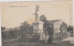 Cpa MANDELIEU- Statue De Jeanne D'Arc-1er Plan :2 Hommes Et Un Vélo Dans Les Années 1910...maisons - Autres Communes