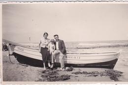 """14. CALVADOS. CARTE PHOTO. SUR UNE PLAGE DU CALVADOS. PHOTO DE FAMILLE DEVANT LE BATEAU """" MIREILLE"""" - Lisieux"""