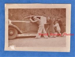 Photo Ancienne Snapshot - Famille Poussant Une Automobile En Panne - Modèle à Identifier - Cabriolet - Citroen ? - Cars