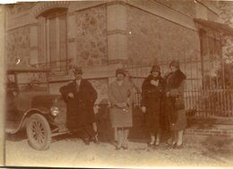 PHoto D'une Belle Automobile Avec 4 Personnes Devant Une Maison A Identifier - Cars
