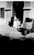 Mariée Sort De L'église, Triporteur     Année 1940 - Personnes Anonymes