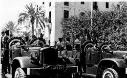 MILITAIRES DANS 2 CAMIONS-  TRANSPORT DE TROUPE - Guerre, Militaire