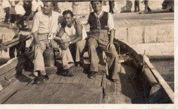 CASSIS/MER   1 AOUT 1948    3 Hommes Dans Une Barque Au Port - Lieux